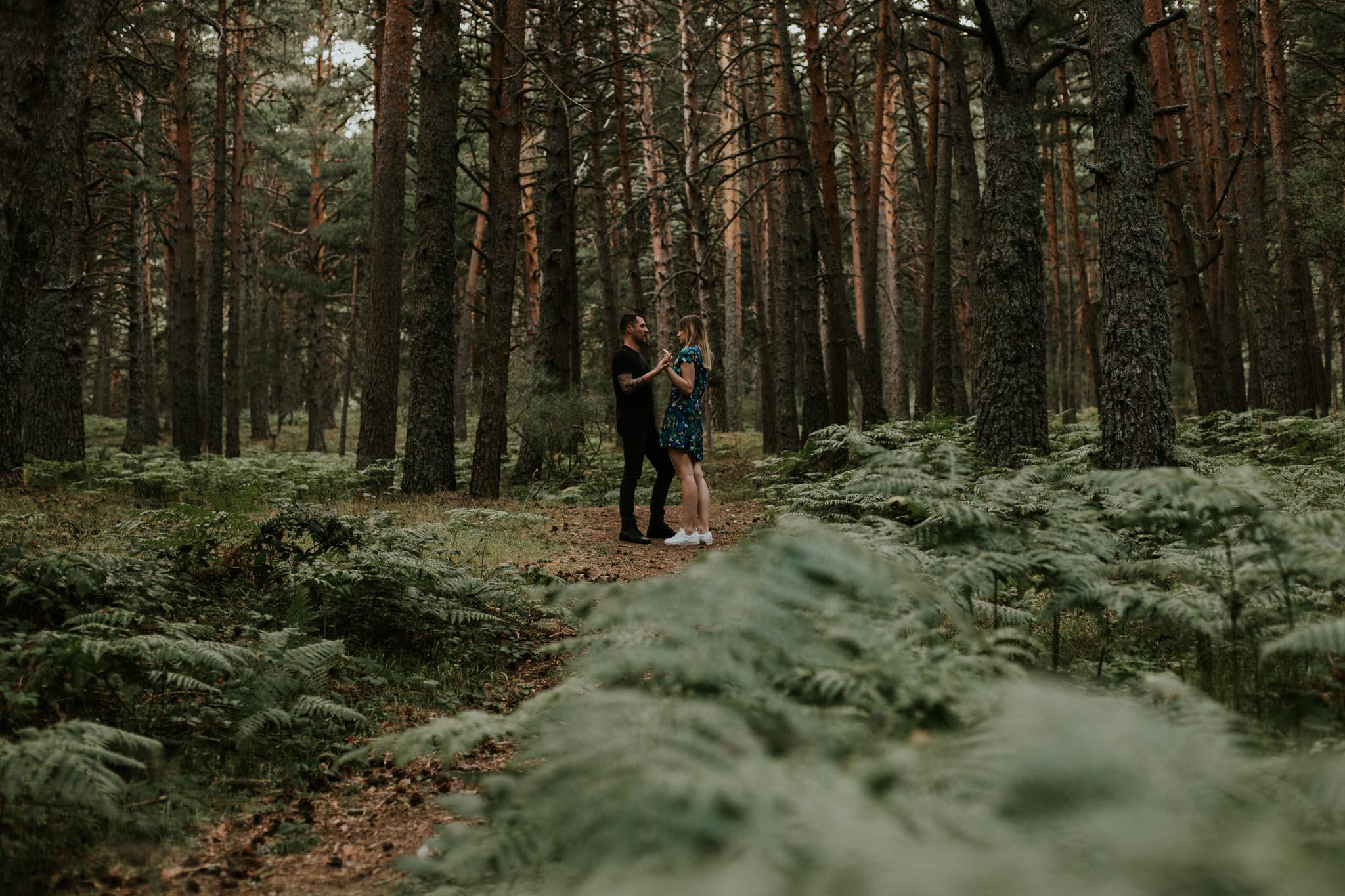 Fotografia pareja bosque 3 Concorazon
