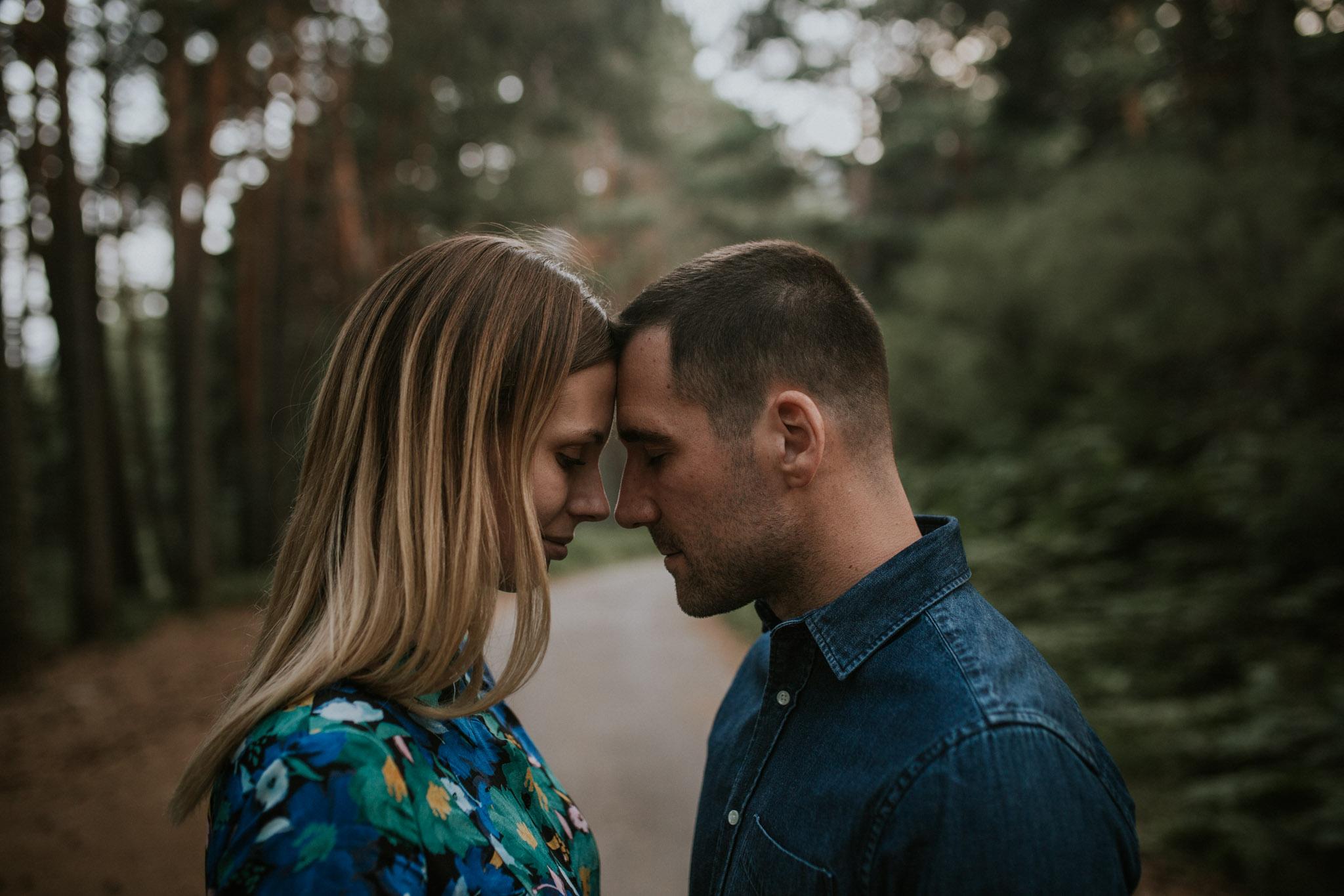 Fotografia pareja bosque 58 Concorazon